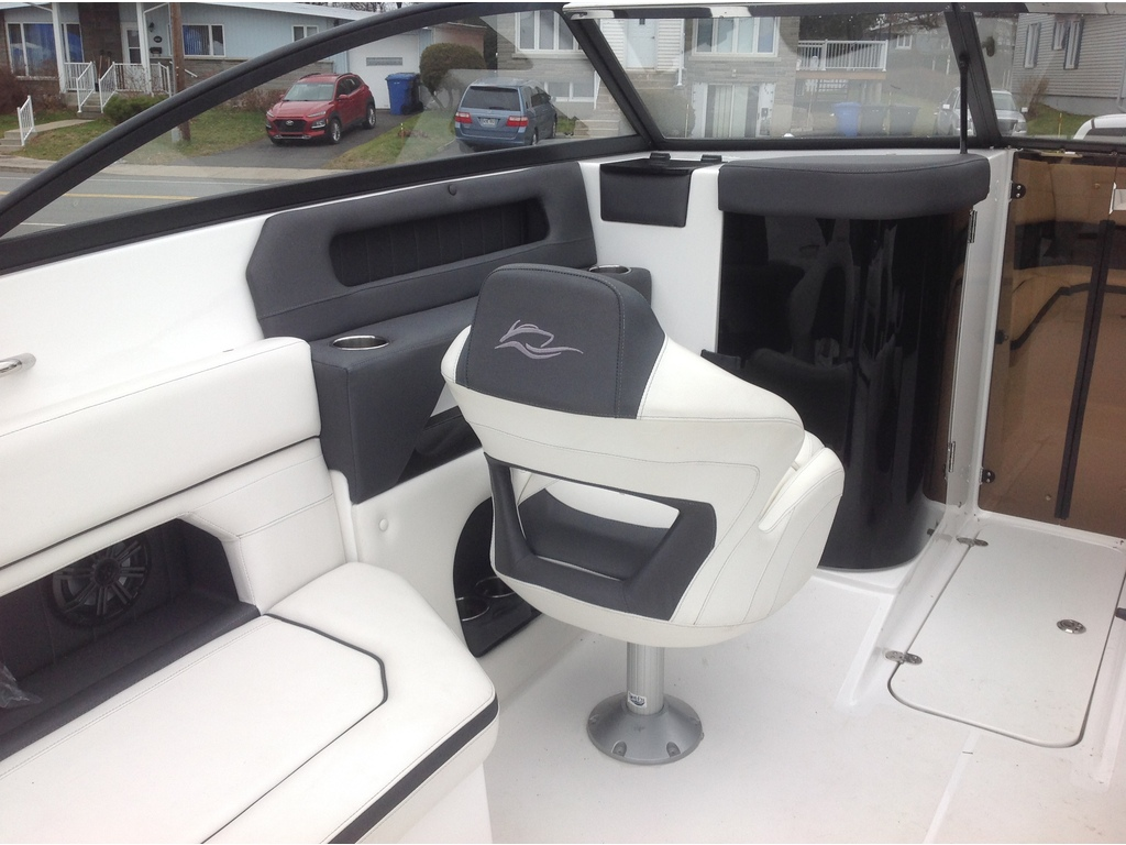 2019 Rinker boat for sale, model of the boat is Q5 & Image # 4 of 8